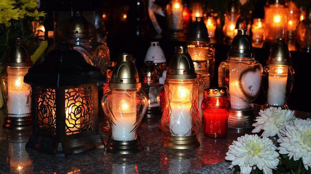 De Ziua morţilor, creştinii aprind lumânări în cimitire.