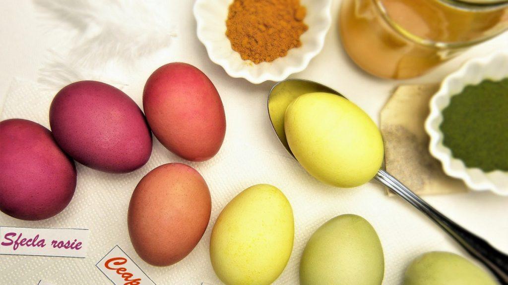 Ouă vopsite natural